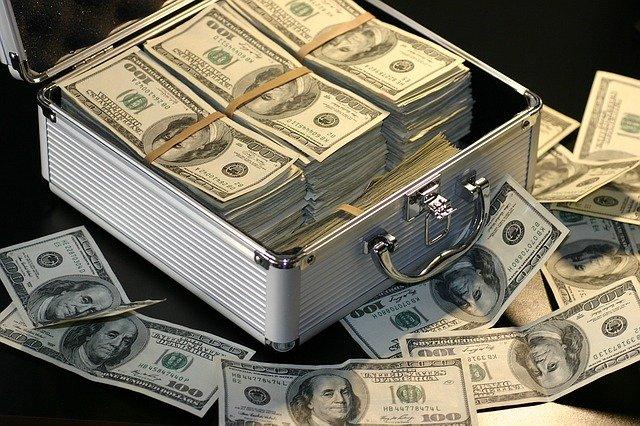 bankovky a kufr.jpg
