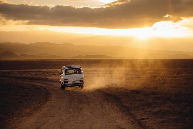volkswagen na prašné cestě