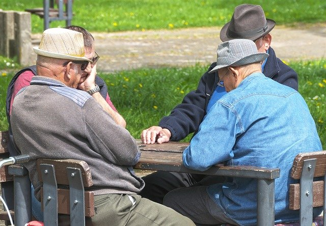 senioři u stolu