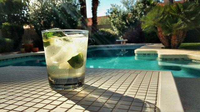 ledový nápoj u bazénu
